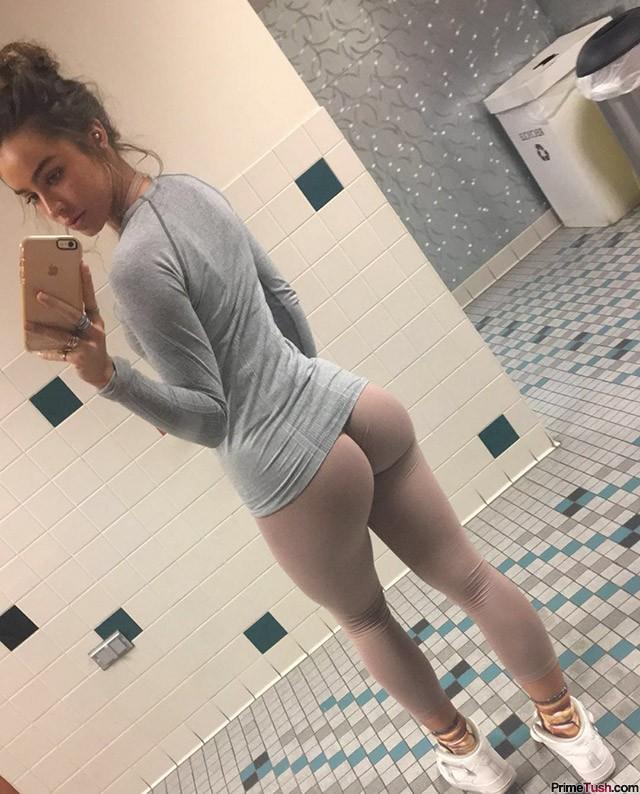 Sommer-Ray-skin-tight-yoga-pants-selfie