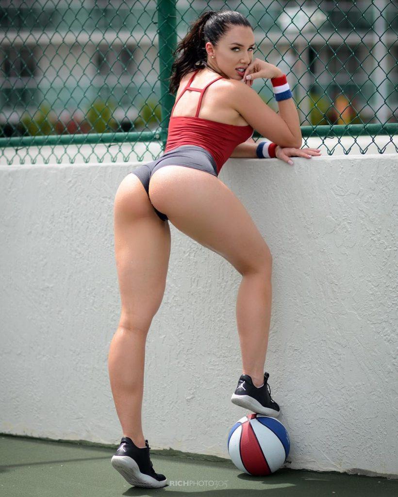 athletic-babe-tight-shorts
