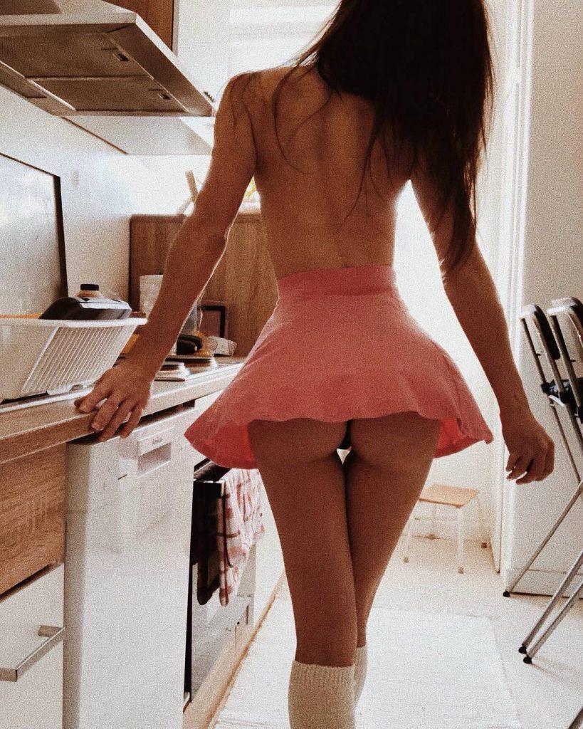 cute-ass-under-skirt