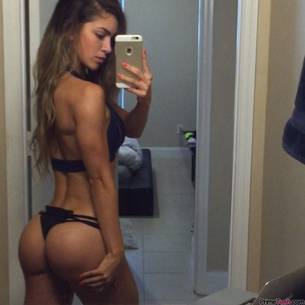 fit-girl-tight-booty-selfie