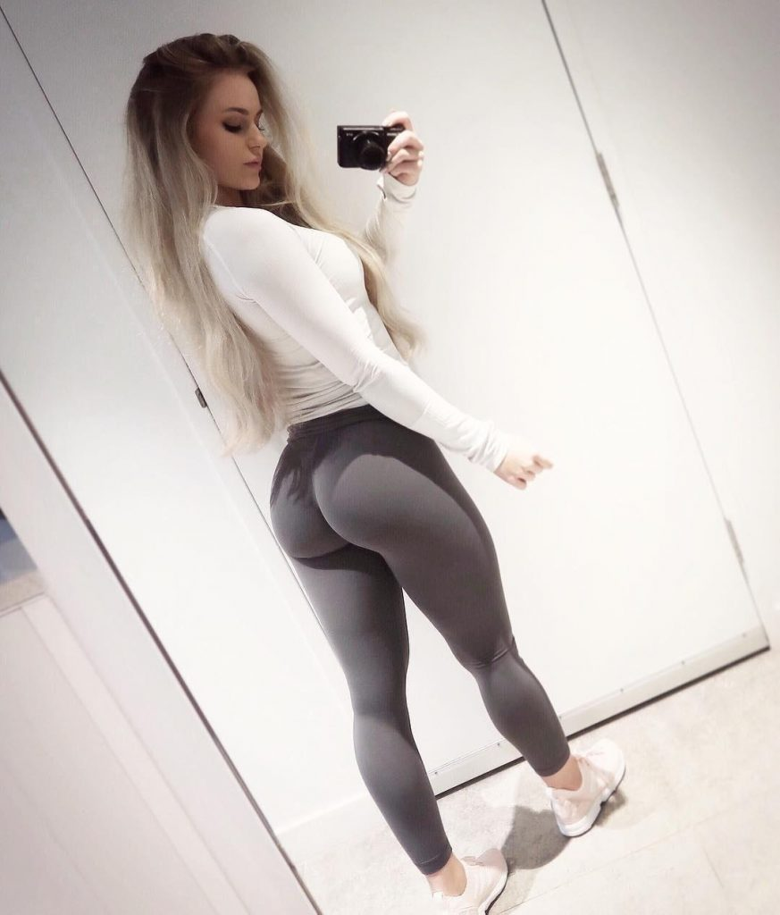 skin-tight-yoga-pants-selfie